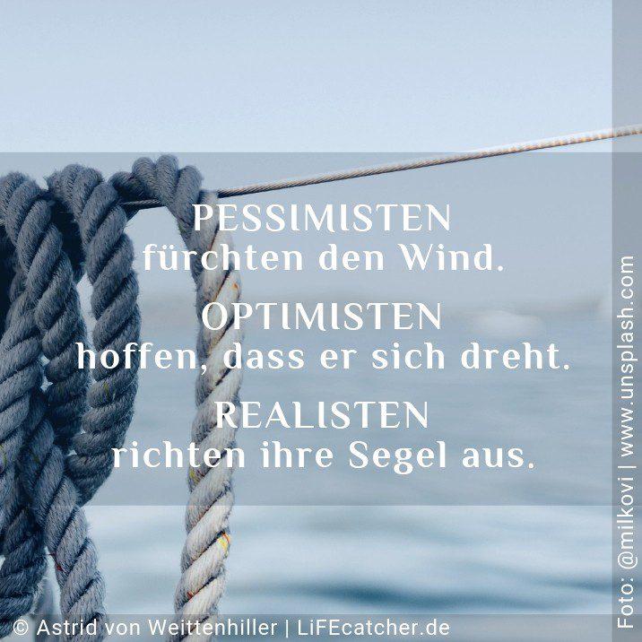 Fakten erkennen: Pessimisten fürchten den Wind. Optimisten hoffen, dass er sich dreht. Realisten richten ihre Segel aus. • Design by Astrid von Weittenhiller